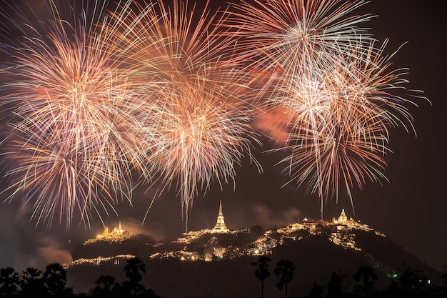 Jährliches festival des khao wang tempels mit bunten feuerwerken auf hügel nachts