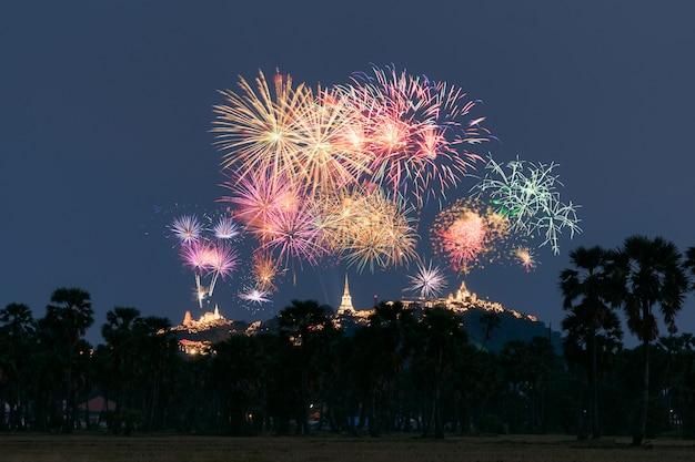 Jährliches festival von khao wang-tempel mit bunten feuerwerken auf hügel in der nacht