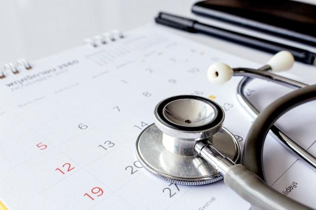 Jährliches überprüfungskonzept. stethoskop im kalender
