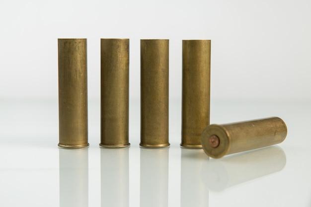 Jagdpatronen, patronen auf weißem hintergrund, jagdmunition