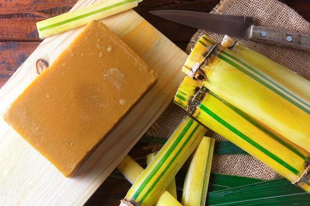 Jaggery oder rapdura (brasilien) ist eine süßigkeit aus zuckerrohr in form eines riegels oder ziegels azoräischen oder kanarischen ursprungs
