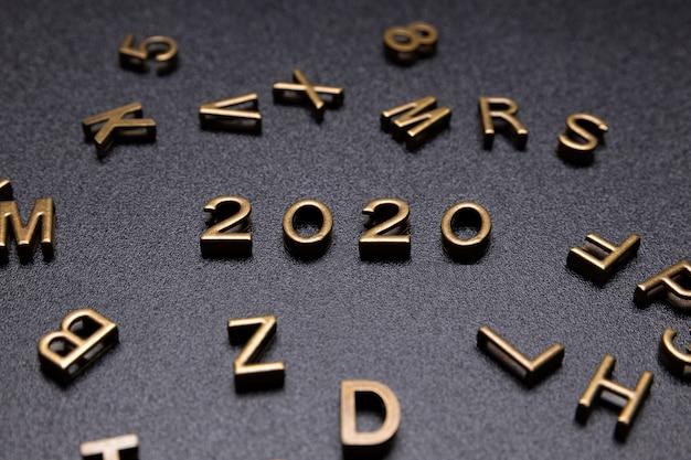 Jahr 2020 zeichen auf einem schwarzen schreibtisch.