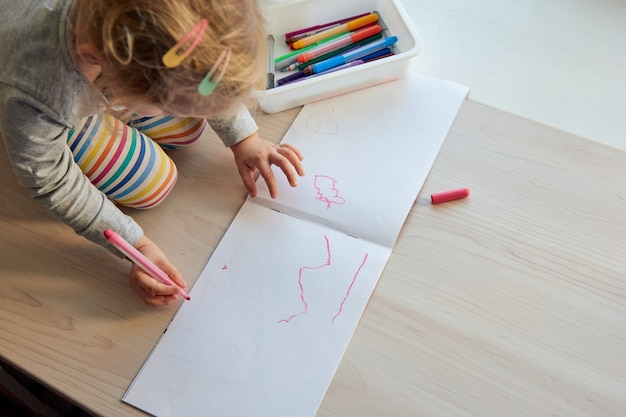 Jahre mädchen zeichnet ein bild kind zu hause kindergarten und vorschule geschlossen während covid