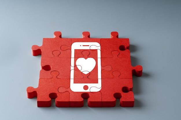 Jahrestag, hochzeit und valentinstag in der draufsicht des puzzlespielkonzeptes