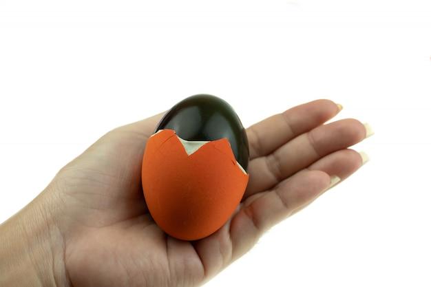 Jahrhundert-ei oder konserviertes ei sind eier, die in branntkalk getränkt sind und das eiweiß grün oder schwarz färben, wobei asiatische traditionelle lebensmittel aus entenhähnchen- oder wachteleiern hergestellt werden