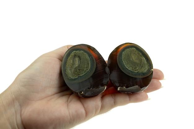 Jahrhundert-ei oder konserviertes ei sind in branntkalk getränkte eier, die das eiweiß grün färben