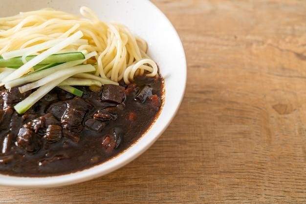 Jajangmyeon oder jjajangmyeon ist eine koreanische nudel mit schwarzer sauce. koreanischer essensstil