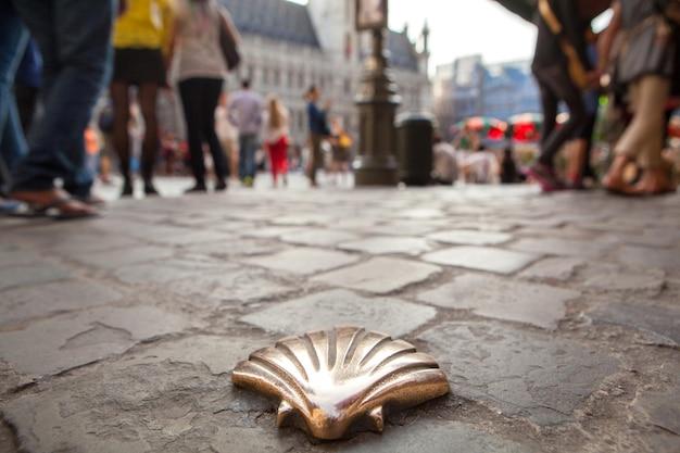 Jakobsmuschel, emblem von st. james mit einer menschenmenge auf dem hauptplatz in brüssel, belgien
