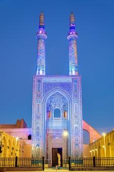 Jame moschee von yazd im iran. die moschee wird von zwei minaretten gekrönt, dem höchsten im iran.