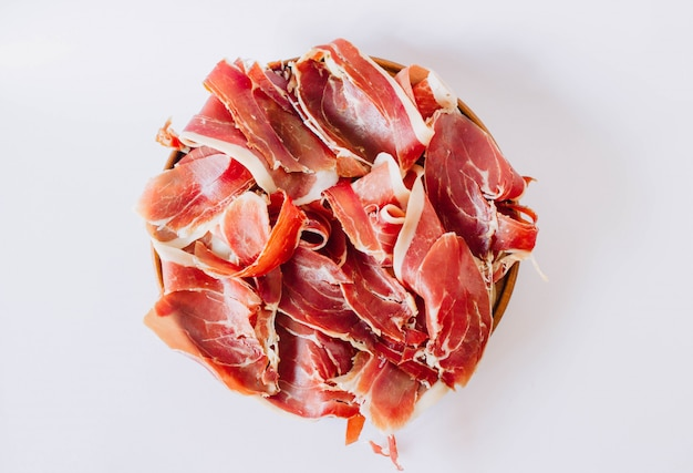 Jamon draufsicht. köstlicher kuratierter schinken typisch aus spanien. in italien ist als schinken bekannt.