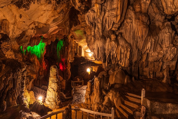 Jang-höhle, schöne höhle in vangveang, laos.