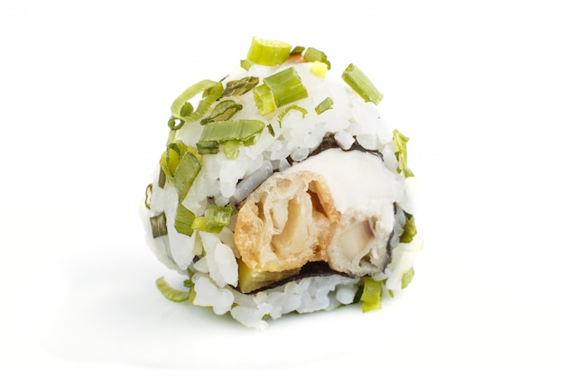 Japaner maki sushirollen mit der frühlingszwiebel lokalisiert auf weiß