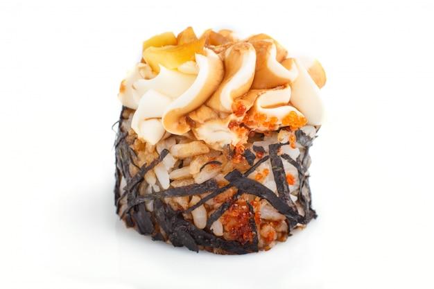 Japaner maki sushirollen mit sahne käse lokalisiert auf weißem hintergrund