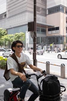 Japaner verbringt zeit allein im freien