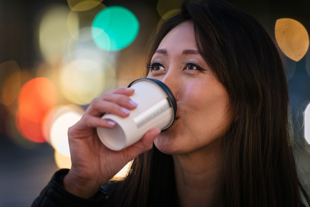 Japanerin trinkt kaffee