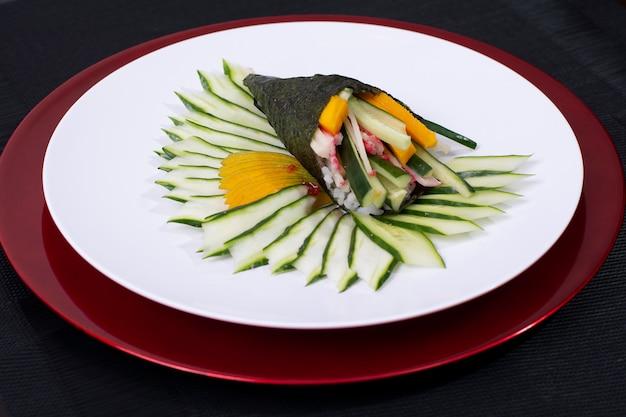 Japanese food sushi roll temaki mit frischem fisch und gemüse