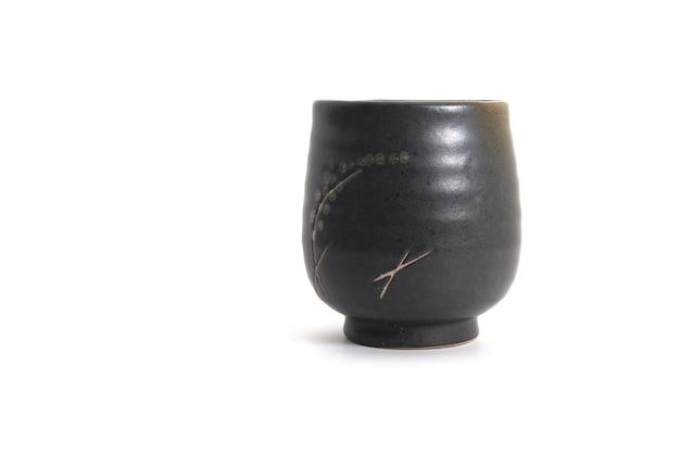 Japanische art des keramischen teeglases in der mitte des bildes auf weißem hintergrund