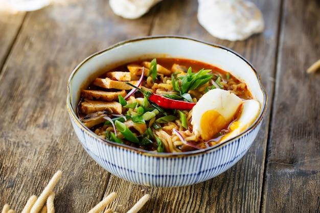 Japanische asiatische ramen-nudelsuppe mit chili-pfeffer