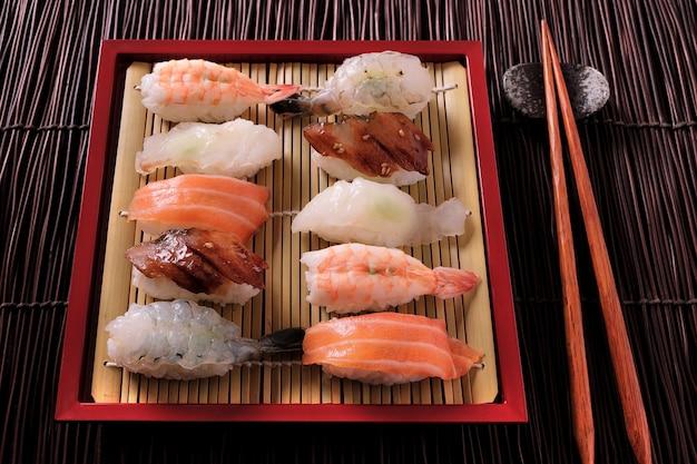 Japanische bambusteller-essstäbchen der verschiedenen kategorien der verschiedenen sushis verschiedene