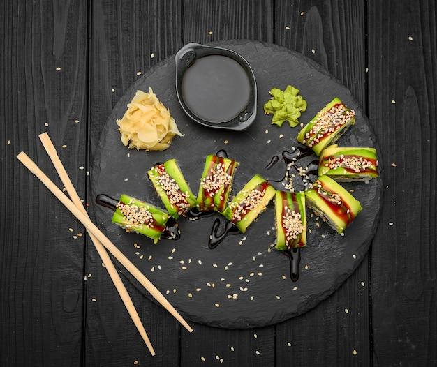 Japanische brötchen mit fisch auf einem schwarzen
