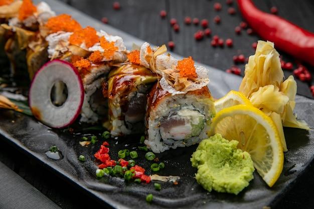 Japanische brötchen mit lachs und thunfisch auf einem holztisch