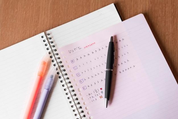 Japanische buchstaben auf notizbuch draufsicht