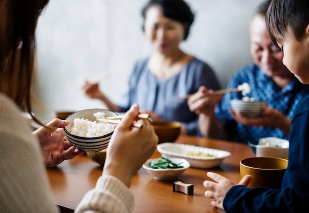 Japanische familie beim essen