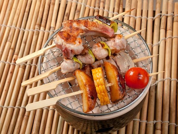 Japanische fischspieß-yakitori-nahaufnahme am spieß