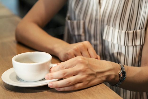 Japanische frau, die einen kaffee trinkt