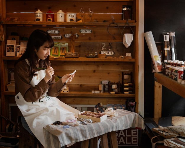 Japanische frau mit mittlerem schuss