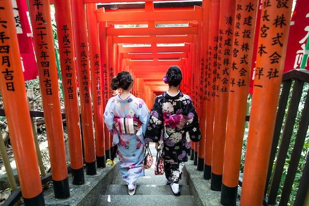 Japanische frauen mit kimono, die in tokio gehen