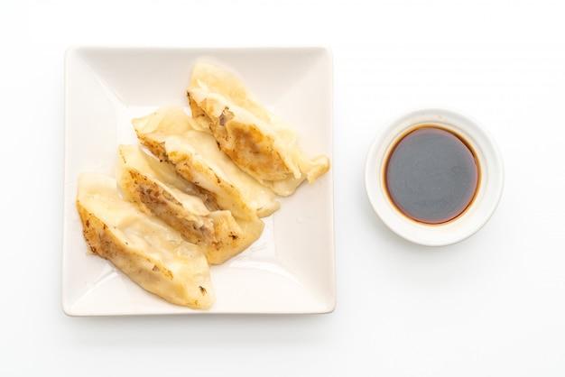 Japanische gyoza oder knödel snack mit sojasauce