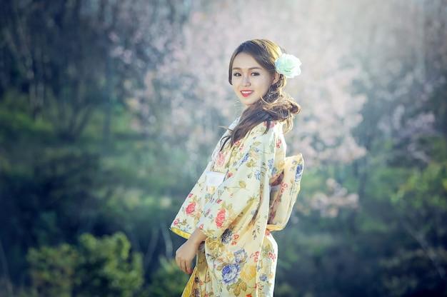 Japanische kimonofrau der kirschblüte