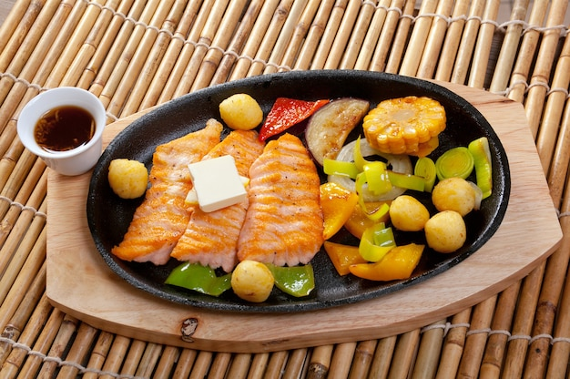 Japanische küche .lachssteak mit gemüse