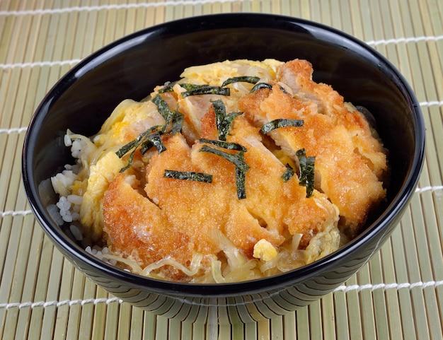 Japanische küche, schweinekotelett und ei auf reis (katsudon)