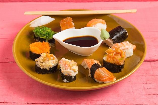 Japanische küche-sushi auf rosa hölzernem hintergrund