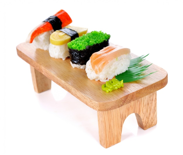 Japanische küche - sushi-rolle auf einem weiß