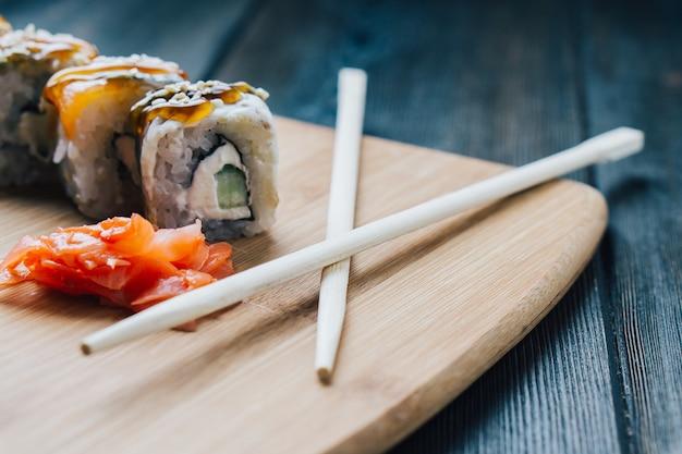 Japanische küche sushi-sauce essstäbchen holzbrett