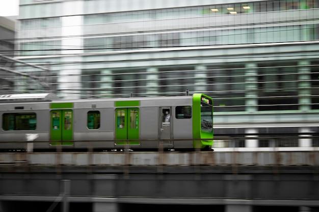 Japanische kultur mit zug in der stadt
