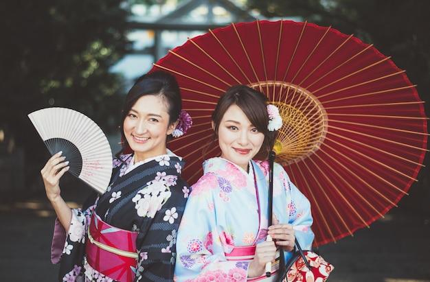 Japanische mädchen tragen kimonos traditionelle kleidung, lifestyle-momente