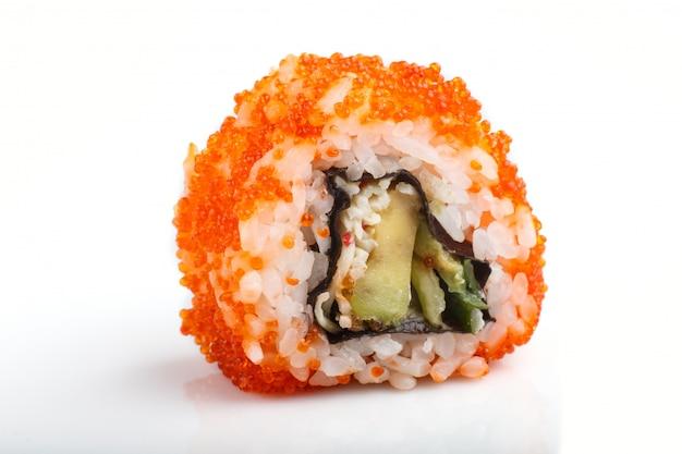 Japanische maki-sushi-rollen mit fliegendem fischrogen lokalisiert auf weißer oberfläche. seitenansicht