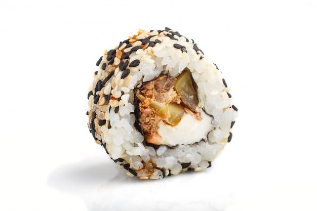 Japanische maki-sushi-rollen mit lachs, sesam, gurke lokalisiert auf weißer oberfläche. seitenansicht