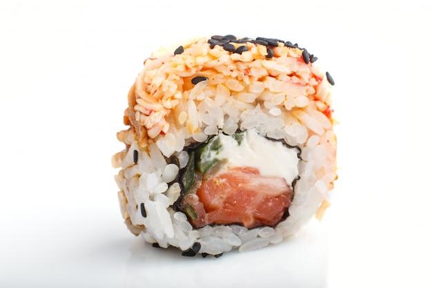 Japanische maki-sushi-rollen mit lachs, sesam, lokalisiert auf weißer oberfläche. seitenansicht