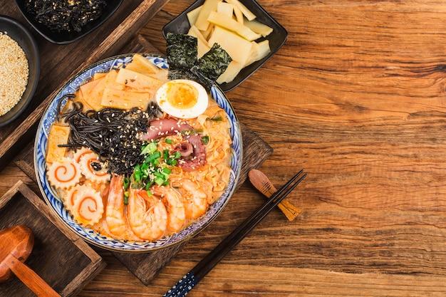 Japanische meeresfrüchte-ramen mit tintenfischsauce