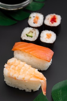 Japanische meeresfrüchtesushi eingestellt auf schwarzes