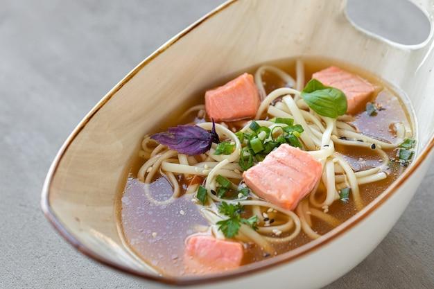 Japanische miso-suppe mit lachs und tofu-käse