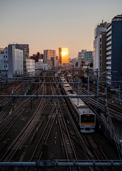 Japanische moderne zugstadtlandschaft