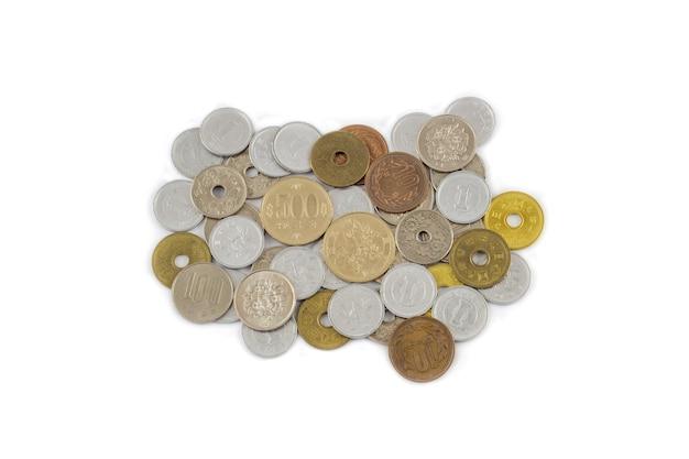 Japanische münzen-yen-banknoten isoliert auf weißem hintergrund. währung von japan