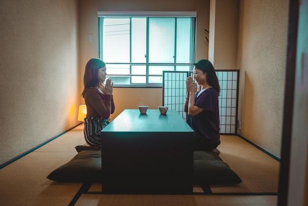 Japanische mutter und tochter in einer traditionellen wohnung