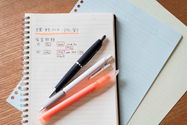 Japanische nachricht auf notizbuch
